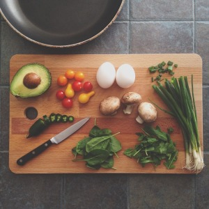 avocado egg spinach tomato mushroom onion cutting board